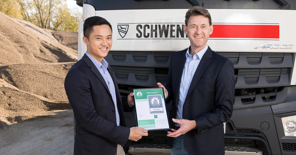 Daniel Piezonka (re.), Geschäftsführer der SCHWENK Beton Berlin-Brandenburg GmbH, nimmt von Andreas Tuan Phan (BTB) eines der Zertifikate entgegen.